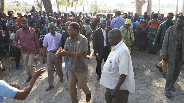 HH thanks East and Northwest voters as he campaigns along Angolan border