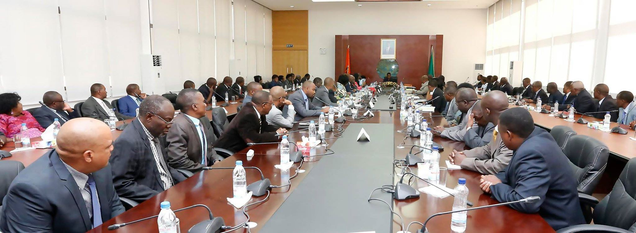 Photo of the day: cabinet meeting without pens or note books