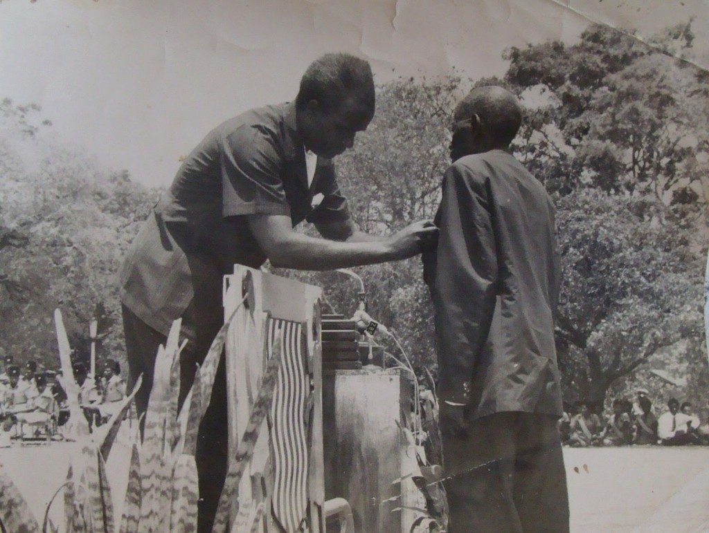 Kenneth Kaunda honouring a freedom fighter in 1967