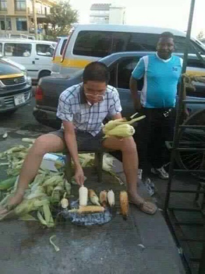 Photo of the day: Chinese investor roasting and selling maize