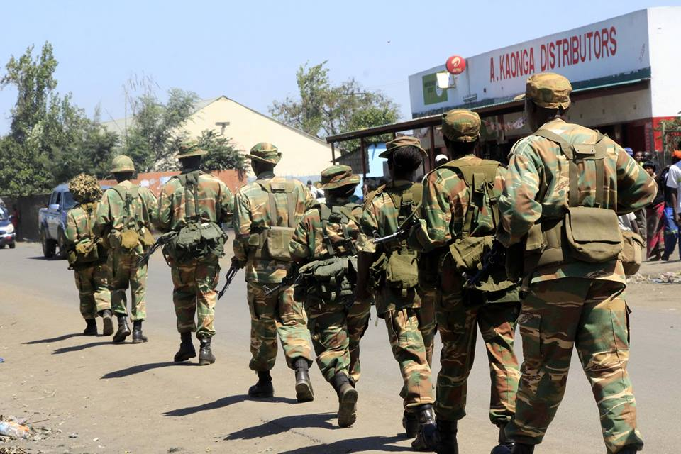 Soldiers  arrive to fight cholera as police express anger