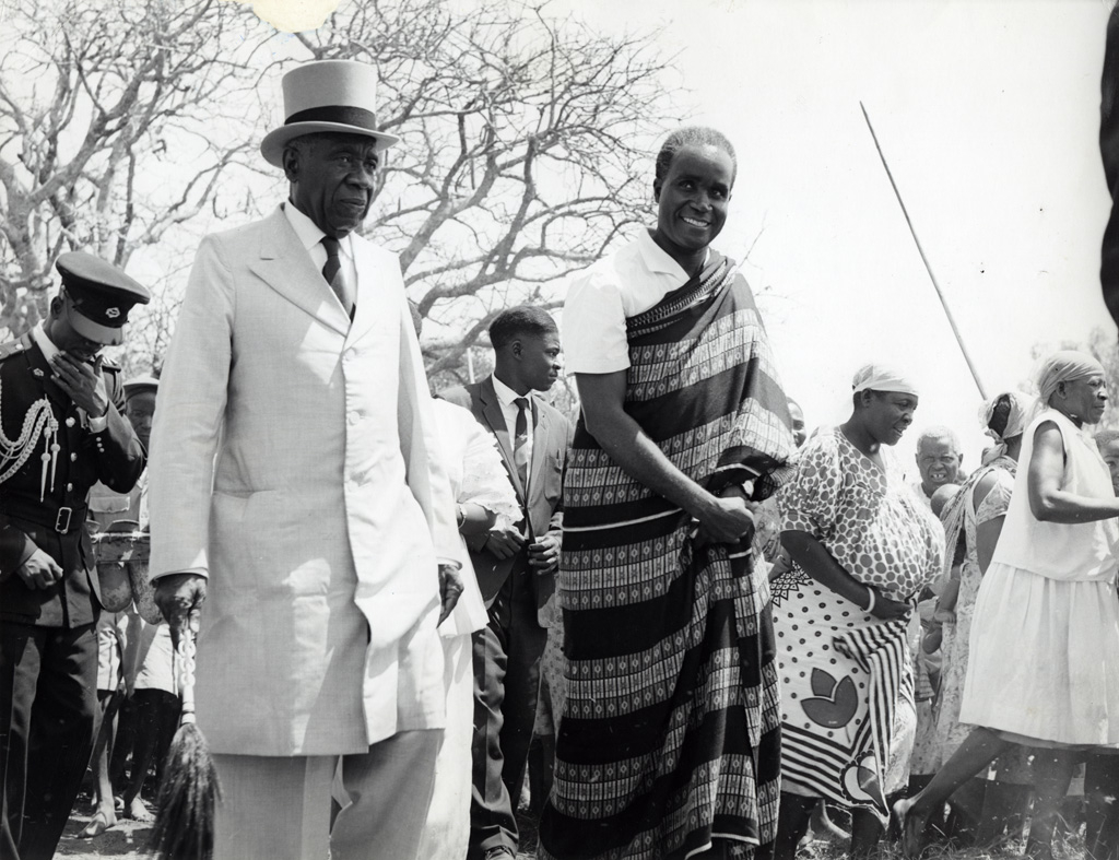Sir-Mwanawina-and-Kenneth-Kaunda-at-as-a-guest-at-teh-first-Kuomboka-after-Zambia-independence-