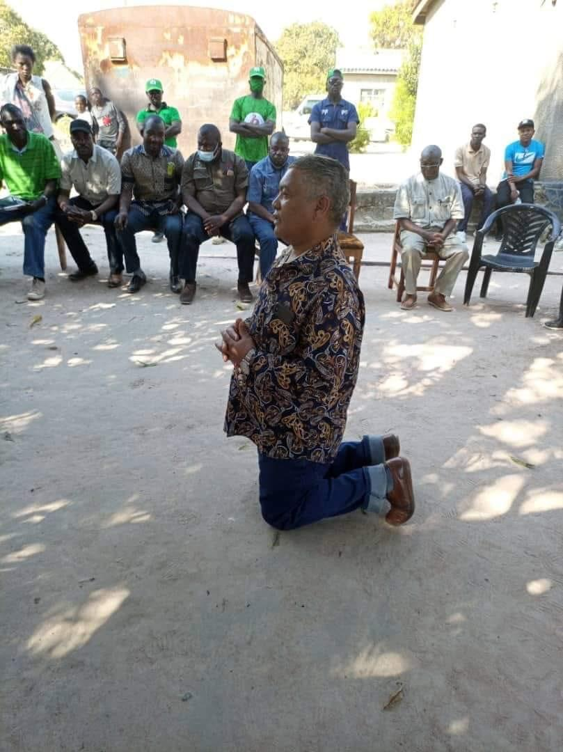 Photo of the day: kneeling for votes